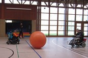 Riesenball in Sporthalle